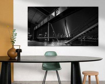 Rotterdam in de nacht - Crossing Lines (zwart-wit) von Ramón Tolkamp
