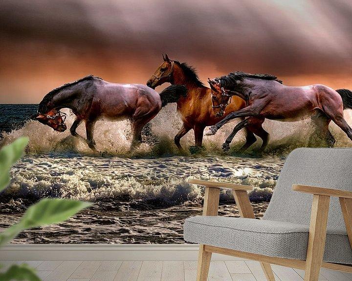 Sfeerimpressie behang: Paarden lopen door het water; Gezien bij FLINDERS van Atelier Liesjes