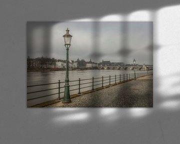 Uitzicht op de Sint Servaasbrug in Maastricht van John Kreukniet