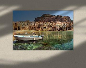Alte Stadt und Hafen Cefalu mit Stadtstrand und klarem Meer in Sizilien von iPics Photography