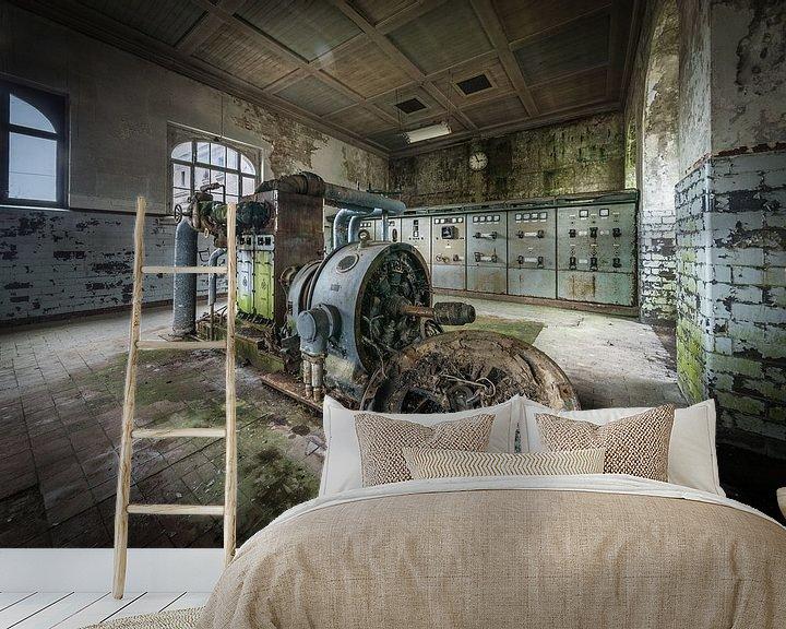 Sfeerimpressie behang: Controlekamer in oude fabriek van Inge van den Brande