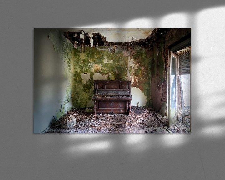 Sfeerimpressie: Verlaten Piano in Verval. van Roman Robroek