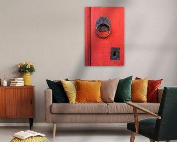 Klopper en klink op een oude rode deur. von Marian Klerx