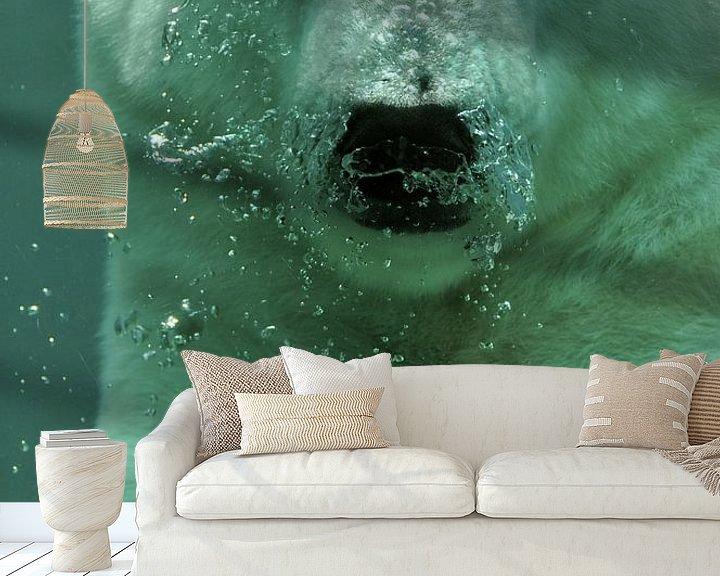 Sfeerimpressie behang: Close-up van zwemmende ijsbeer van Atelier Liesjes