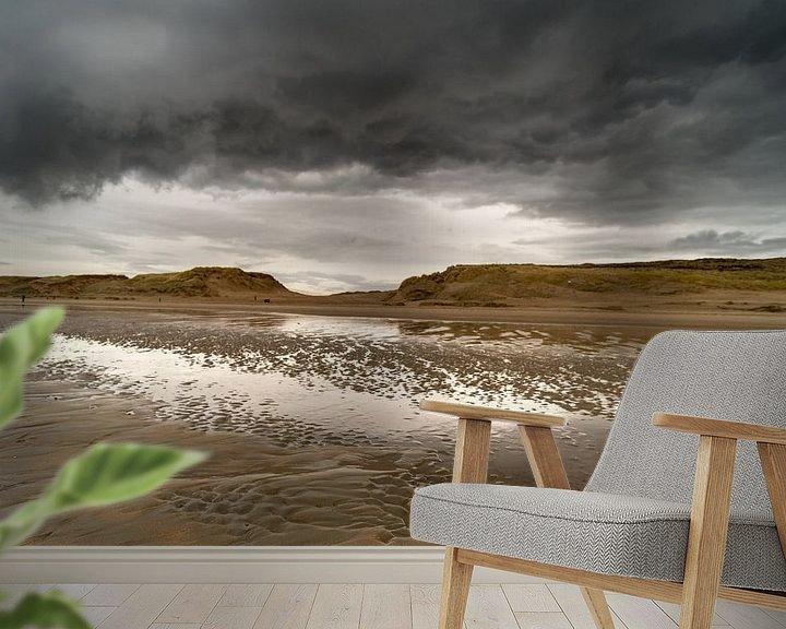 Sfeerimpressie behang: Donkere wolken aan zee van Gonnie van de Schans