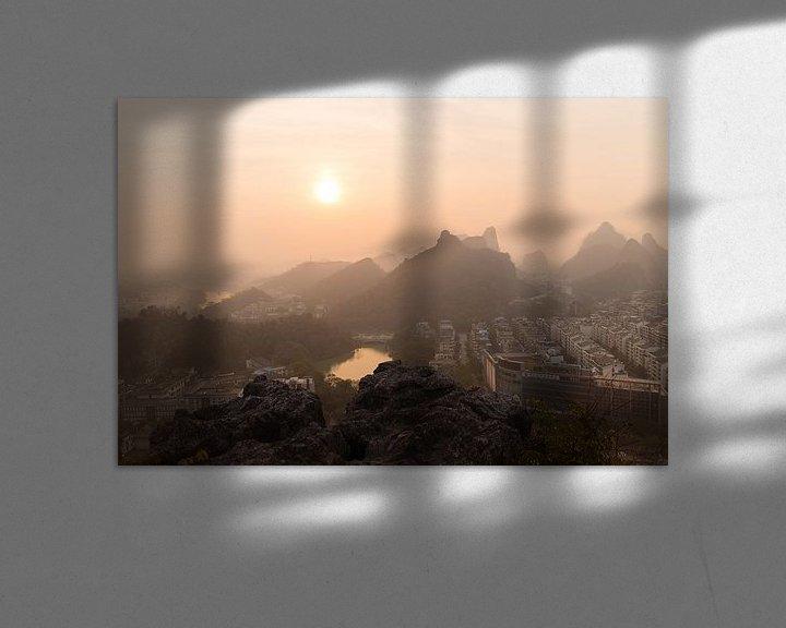 Sfeerimpressie: Zonsondergang in Smog Bedekt Guilin, China.  van Thijs van den Broek