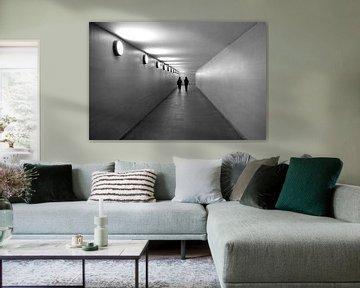 Zwart-wit foto van een gang met 2 silhouetten von Liesbeth van Asseldonk