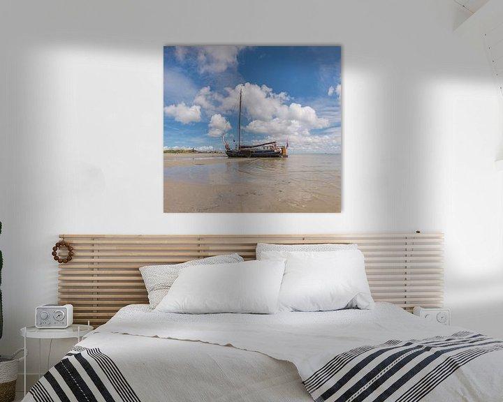 Sfeerimpressie: Een platbodem zeilboot op een drooggevallen wad, West-Terschelling, Wadden eiland, Friesland van Rene van der Meer