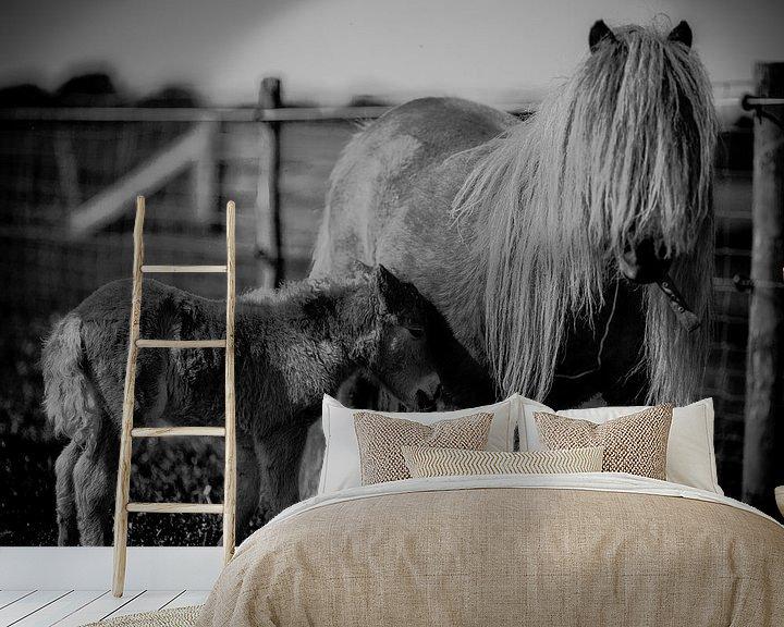 Sfeerimpressie behang: Ponies, moeder met veulen in zwart-wit van Atelier Liesjes