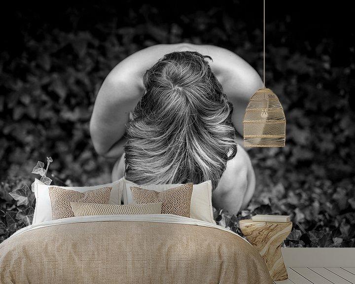 Sfeerimpressie behang: The girl and the leaves van Werner Lerooy