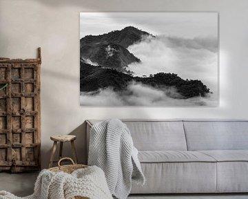 Een zee van wolken rond de bergtoppen van Alishan van Jos Pannekoek