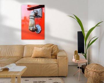 Voordeur in rood met hand-klopper. van Marian Klerx
