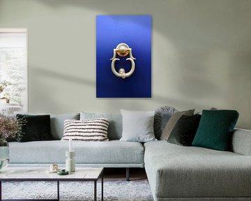 Voordeur in blauw met deurklopper. van Marian Klerx