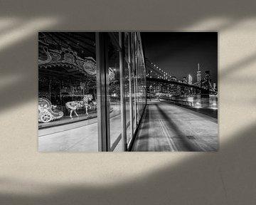 BROOKLYN Jane's Carousel & Manhattan Skyline bei Nacht | Monochrom von Melanie Viola