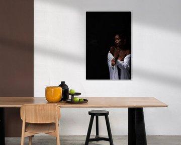 Model, sexy Akt als Pinup in weißer Bluse von Atelier Liesjes