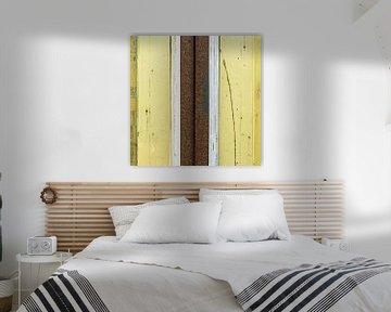 Abstract lijnenspel met hout en roestige pijp in geel en bruin