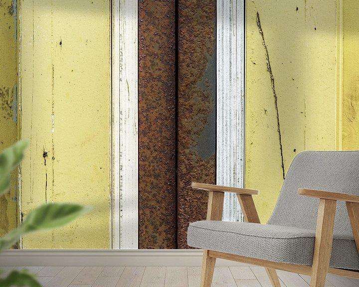 Sfeerimpressie behang: Abstract lijnenspel met hout en roestige pijp in geel en bruin van Texel eXperience