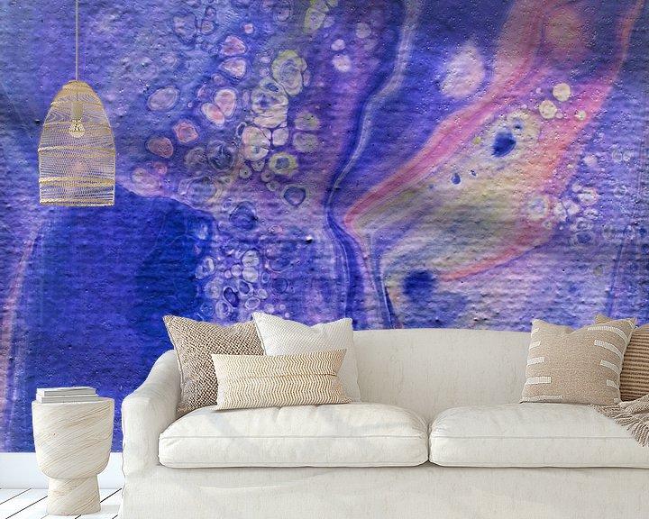 Sfeerimpressie behang: Acrylic Pouring paars van Angelique van 't Riet
