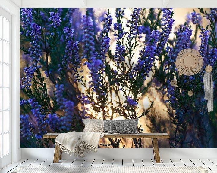 Sfeerimpressie behang: Bloeiende heide van Mark Scheper