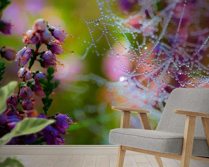 Sfeerimpressie behang: Spinnenweb met dauw op bloeiende heideplant van Mark Scheper