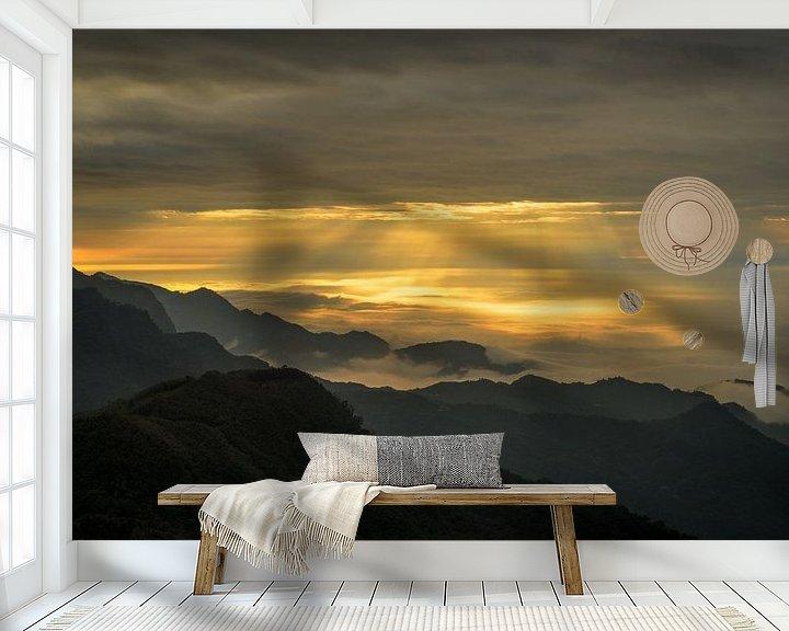 Sfeerimpressie behang: Zonneharpen en wolken in de bergen van Alishan in Taiwan. van Jos Pannekoek