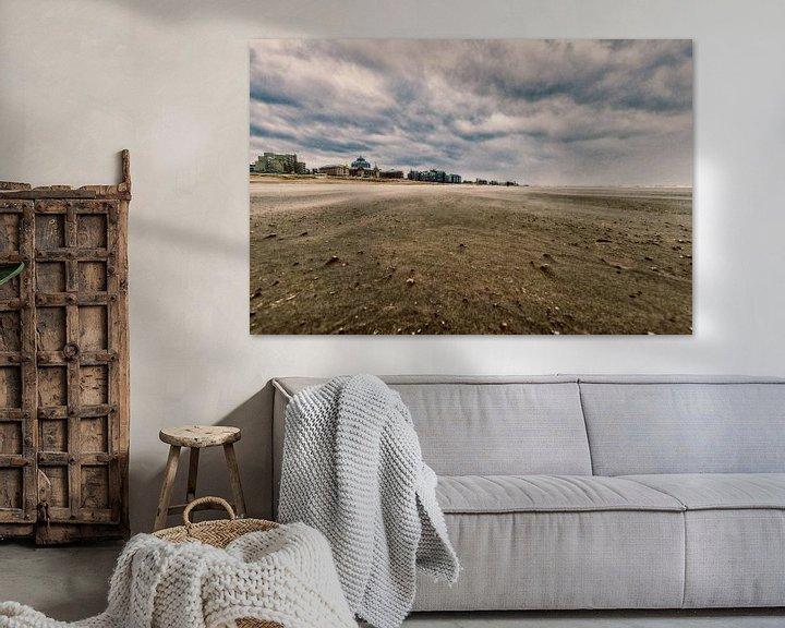 Sfeerimpressie: Scheveningen strand met het Kurhaus erop in vintage van Brian Morgan