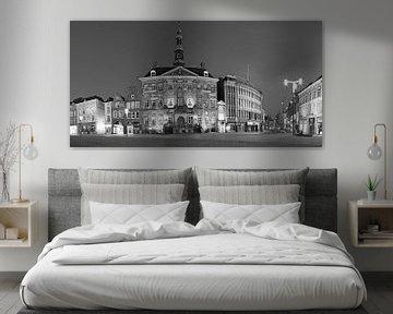 Panorama des Rathauses auf dem Markt von Den Bosch in schwarz-weiß von Jasper van de Gein Photography