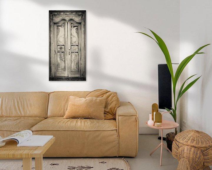 Sfeerimpressie: The door of the white building at the entrance to the Royal Rock Temple complex location Dambulla van Inez Wijker