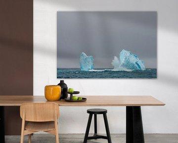 Golven breken op een ijsberg van Erwin van Liempd