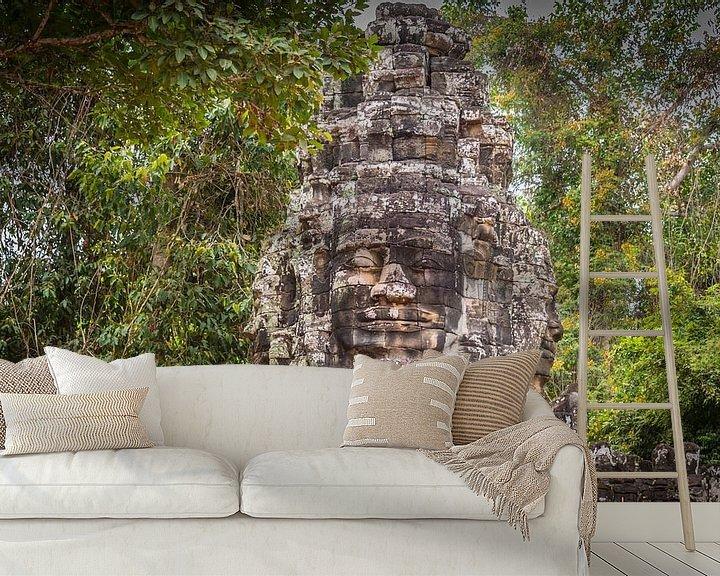 Sfeerimpressie behang: Toegangspoort naar Bayon tempel met gezichten, Angkor Thom, Cambodja van Rietje Bulthuis