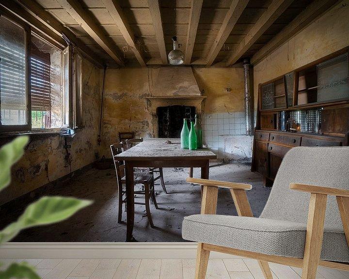 Sfeerimpressie behang: Eetkamer in Verlaten Boerderij. van Roman Robroek