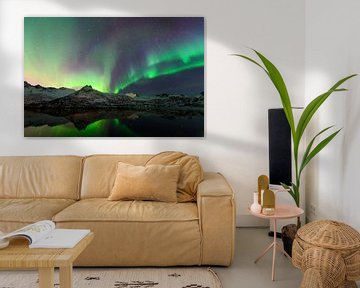 Nordlichter, Polarlicht oder Aurora Borealis im nächtlichen Himmel über den Lofoten Inseln in Nord-N von Sjoerd van der Wal