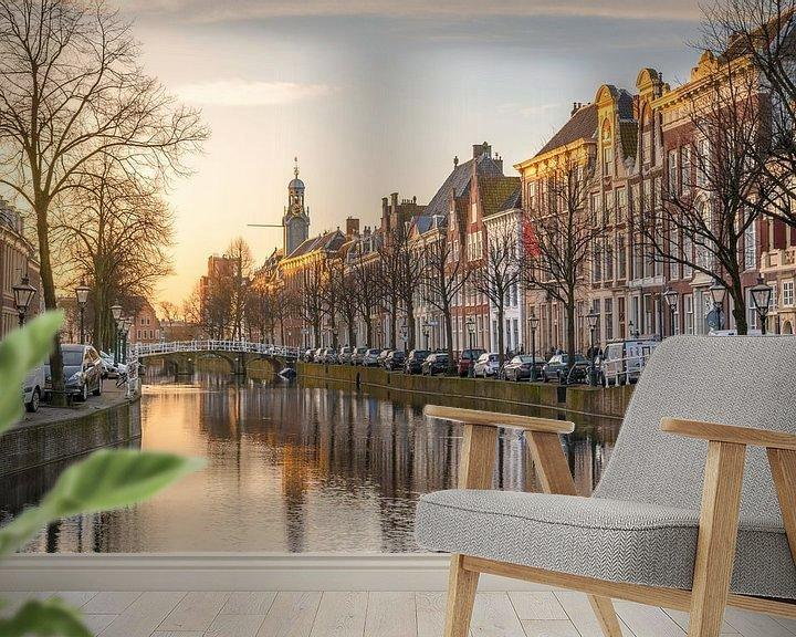 Sfeerimpressie behang: Het Rapenburg van Leiden in het ochtendlicht van Martijn van der Nat