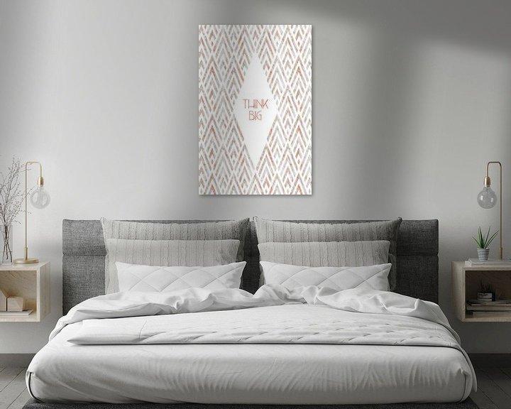 Sfeerimpressie: Grafische kunst DENK GROOT | rose goud en marmer van Melanie Viola