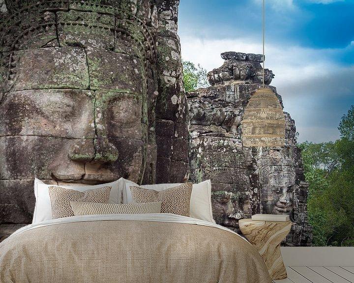 Sfeerimpressie behang: Boeddha's op een rij, Bayon, Cambodja van Rietje Bulthuis