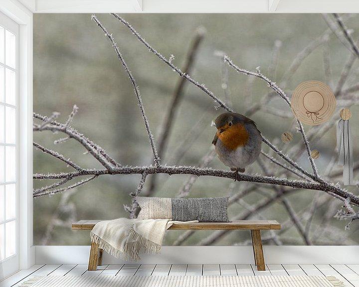 Sfeerimpressie behang: Roodborstje op berijpte tak. van Anneke Hooijer