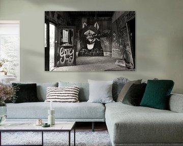 Gothic graffiti urbex schuur zwart wit von Martin Van der Pluym