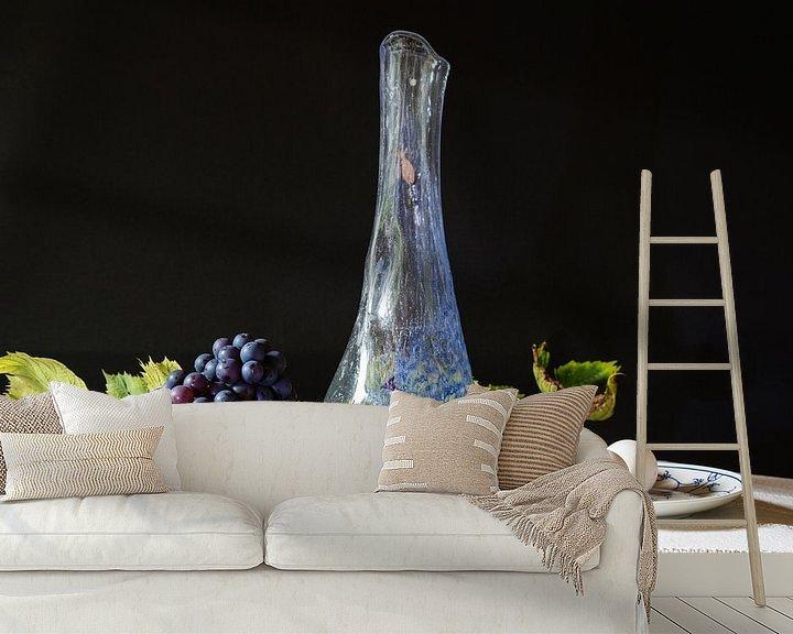 Sfeerimpressie behang: Stilleven met vaas, druiven en eieren. van Anneke Hooijer