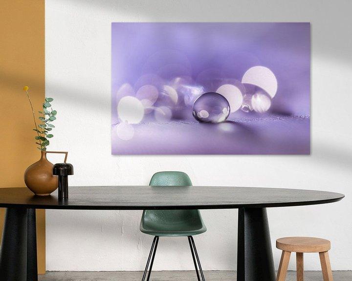 Sfeerimpressie: Rustgevende macro van een waterdruppel in paarse tint van Bert Nijholt