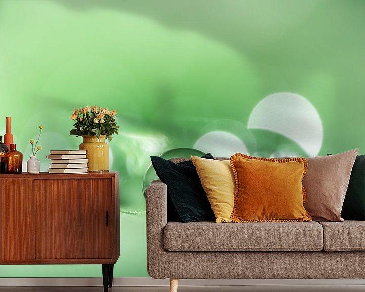 Sfeerimpressie behang: Rustgevende macro van een waterdruppel in groene tint van Bert Nijholt