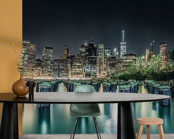 Sfeerimpressie behang: Kleurrijke skyline van the Big Apple New York van Bert Nijholt