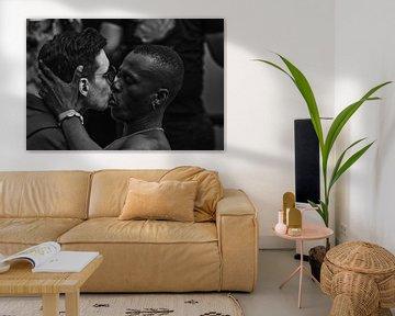 Verlockendes Bild von Männern, die sich in Schwarz-Weiß küssen von Atelier Liesjes