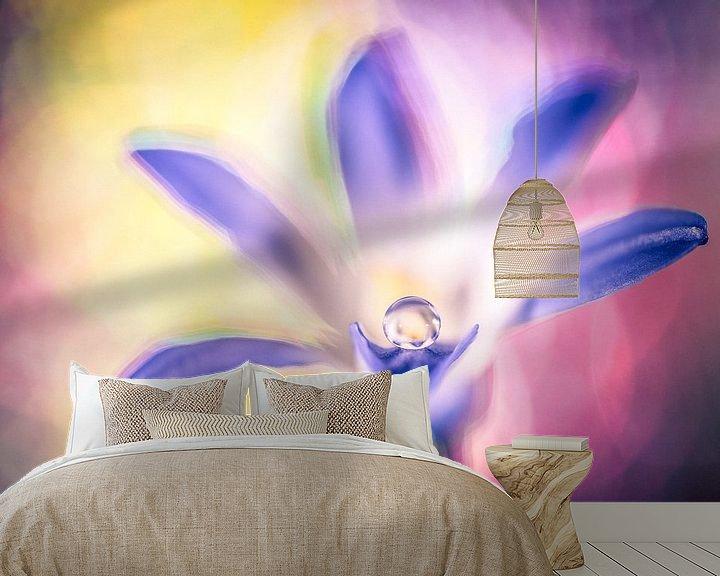 Sfeerimpressie behang: Druppel op een bloem van Bert Nijholt