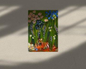 Tijger wacht af tussen de bloemen van Caroline van Gein