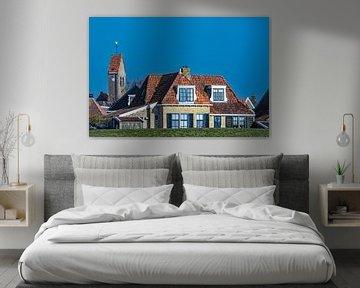 Kerktoren en huizen van het Friese stadje  Makkum achter de IJsselmeerdijk. von Harrie Muis