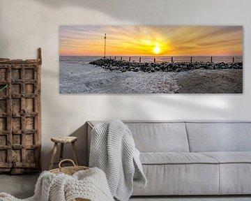 Panorama foto een ijskoude zonsopkomst op Texel / Panorama photo an ice cold sunrise on Texel  van Justin Sinner Pictures ( Fotograaf op Texel)