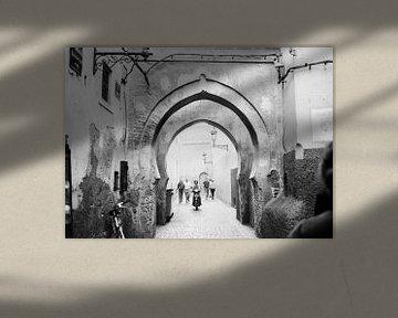 Schwarz-weißes Straßenphotographiefoto in der Medina von Marrakesch von Raisa Zwart