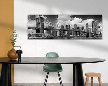 SKYLINE van MANHATTAN EN de BROOKLYN BRIDGE Panorama monochroom van Melanie Viola