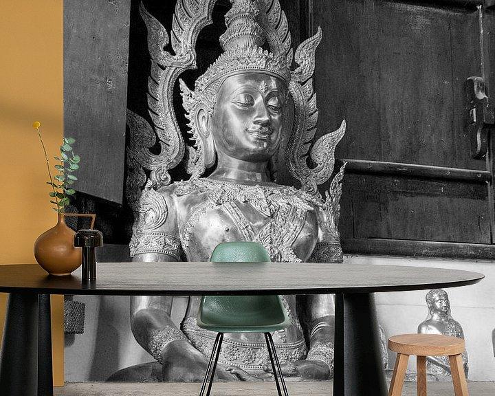 Sfeerimpressie behang: Boeddha beeld in Thaise tempel. van Aukelien Philips