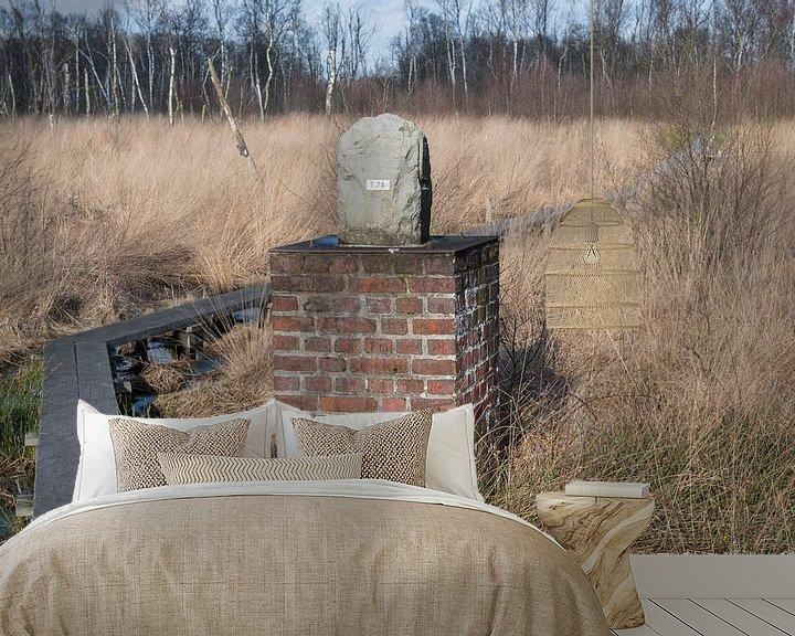 Sfeerimpressie behang: Grenspaal in natuurreservaat het Wooldse veen in Winterswijk van Tonko Oosterink